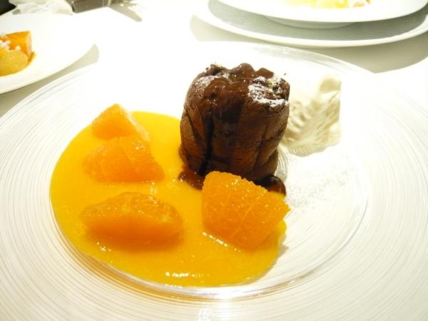 【焼きたてのビターチョコレートスフレオレンジのソースとマスカルポーネのムース添え】